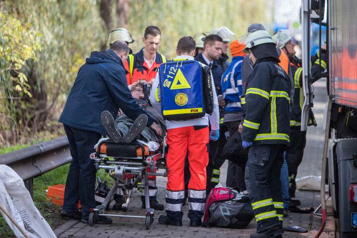 Einer der Fahrer wird von Rettungskräften versorgt.