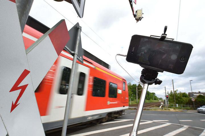 Immer wieder wagen sich junge Leute für ein Selfie an oder auf die Bahngleise. Ein gefährlicher Trend, den die Bundespolizei deutschlandweit beobachtet.
