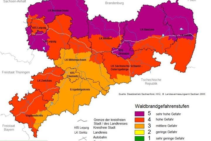 Die aktuelle Waldbrandwarnkarte zeigt es: Durch die anhaltende Trockenheit herrscht vor allem in der Nordhälfte Sachsens allerhöchste Brandgefahr.