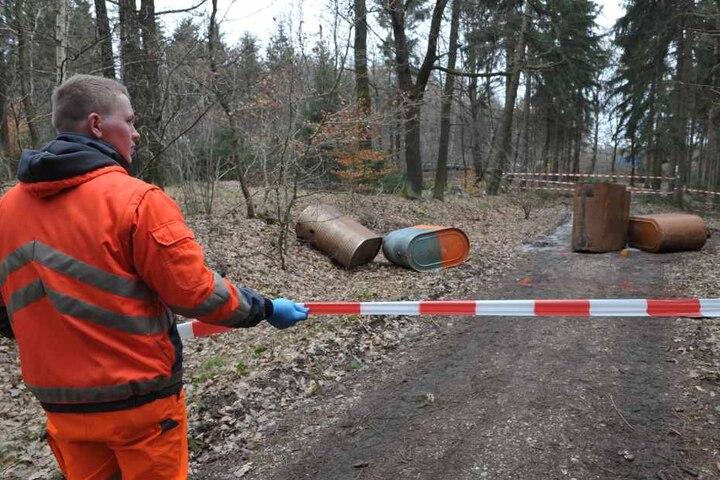 Ein Mitarbeiter der Ölbeseitigungsfirma sperrt das verseuchte Waldstück  ab.
