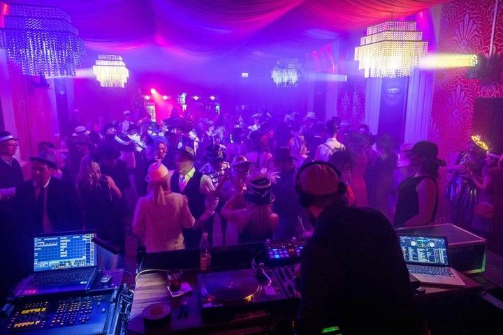 Kaum legt DJ Bongo auf, ist die Tanzfläche im großen Saal des Parkhotels  rappelvoll.