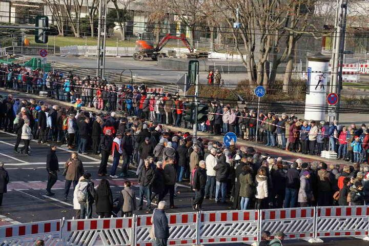Tausende Schaulustige warten an der Paradestrecke.