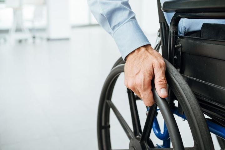 Der wehrlose Rollstuhlfahrer war den Flammen ausgeliefert. (Symbolbild)