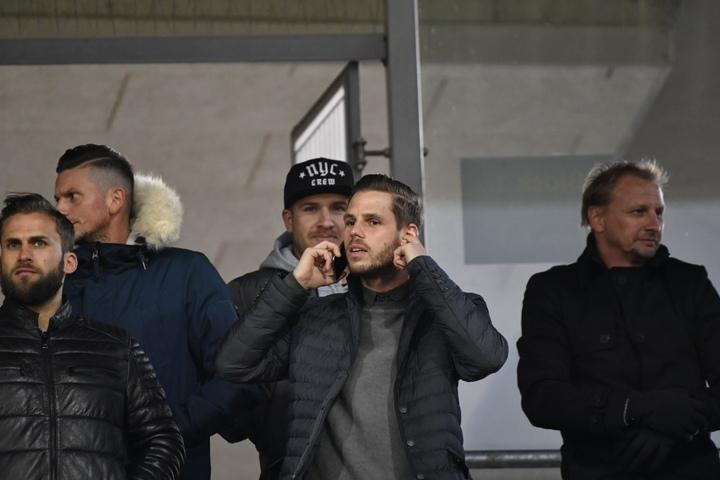 Auch Ex-Dynamo Justin Eilers (am Telefon) war nach Braunschweig gekommen.
