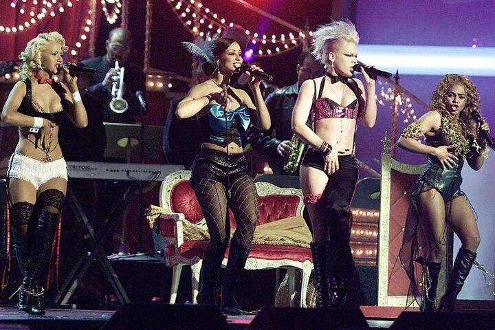 """Erinnert Ihr Euch noch? Christina Aguilera (links) performt zusammen mit Maya, Lil Kim und Pink """"Lady Marmelade"""" bei den Grammys 2002."""