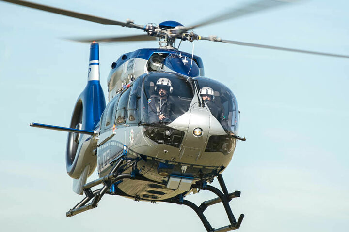 Bei der Großfahndung war auch ein Polizei-Hubschrauber im Einsatz (Symbolbild).