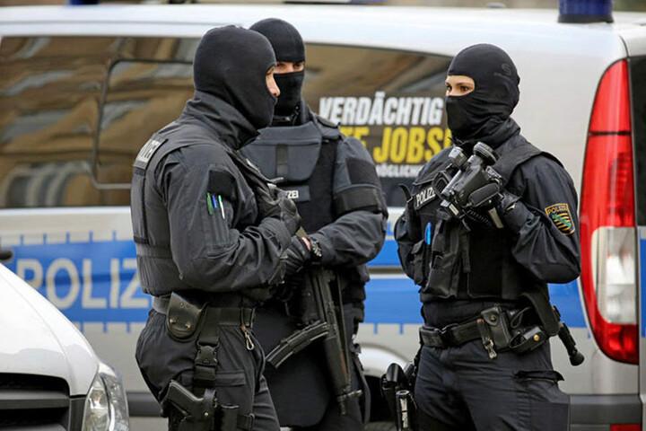 Zahlreiche Polizeieinheiten halten sich im Hintergrund bereit, um den Kirchentag und die anderen Großereignisse abzusichern.