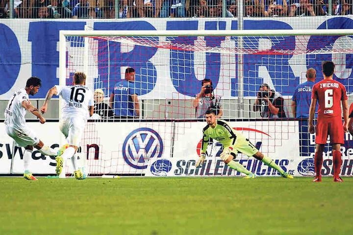 Marius Sowislo schießt den Ball in die linke untere Ecke, aberJohannes Brinkies hechtet richtig und pariert den Elfer.