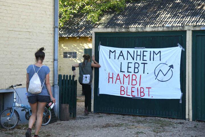 Seit Samstag (13. Oktober) sind drei Häuser in Manheim besetzt.