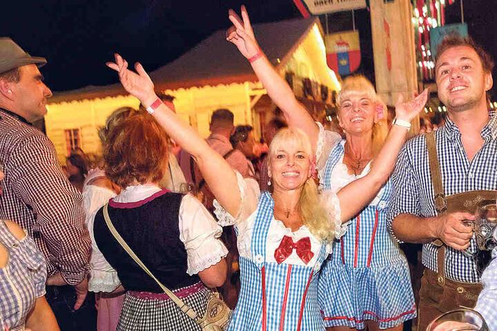 Im Pichmännel-Oktoberfestzelt: Carmen (l.) und ihre Zwillingsschwester  Claudia jubeln über den Sieg.