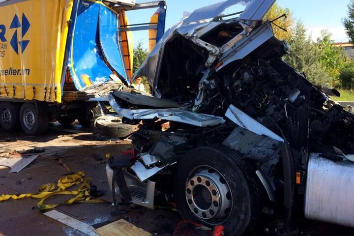Die Fahrerkabine des Unfallverursachers wurde komplett zerstört.