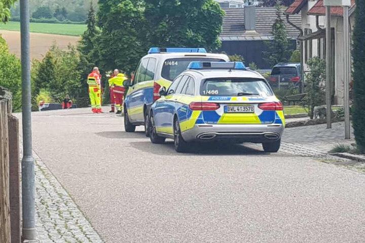 Polizeifahrzeuge vor dem Tatort.