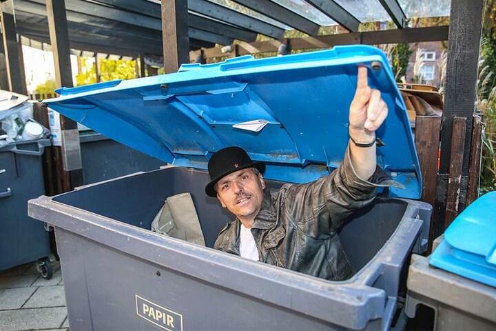 Das ist exakt die Stelle im Hinterhof am Sylviavey, an der sich Bandenchef Egon Olsen im zehnten Film auf der Flucht vor der Polizei in einer Mülltonne verkriechen musste. Sachse Michael Warnebold macht es seinem Idol nach.