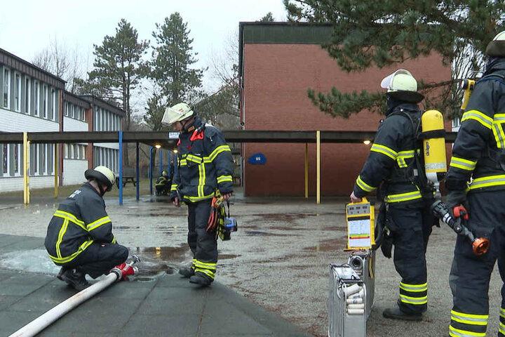 Die Feuerwehr lässt das Wasser aus ihren Rohren ab.