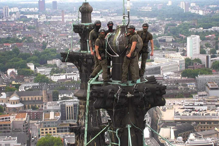 Die Polizei NRW fertigte dieses Foto per Drohne an. Es zeigt die Kameraden des SEK auf der Spitze des Kölner Doms.