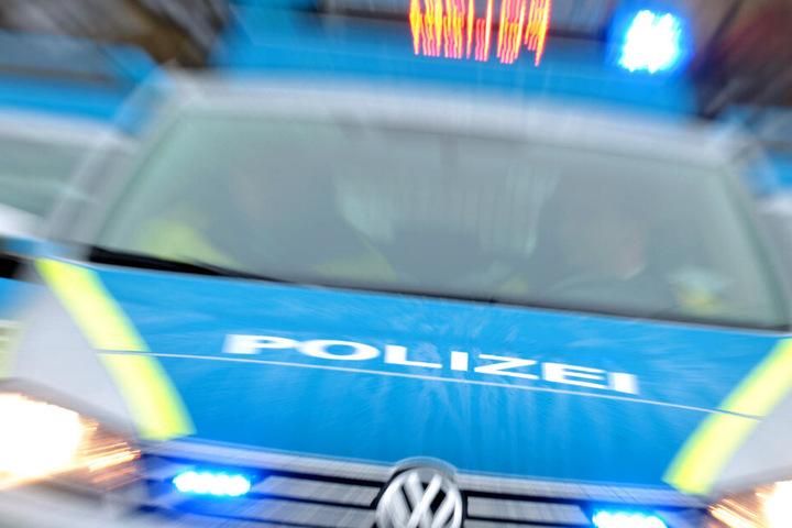 Die Polizei stoppte den Laster-Fahrer auf der Bundesstraße. (Symbolbild)
