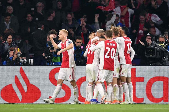 Die Kicker von Ajax Amsterdam bejubeln den Treffer zum 2:0 gegen Tottenham Hotspur.