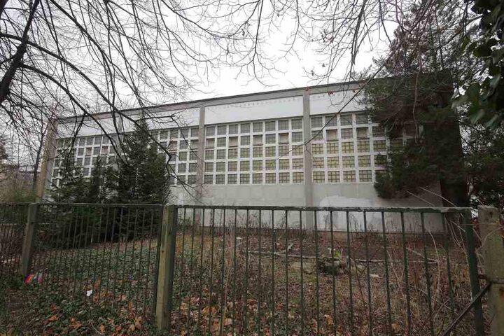 In dieser Turnhalle sportelte die Geigen-Besitzerin, als vor dem Gebäude ihr Opel samt Instrument geklaut wurde.