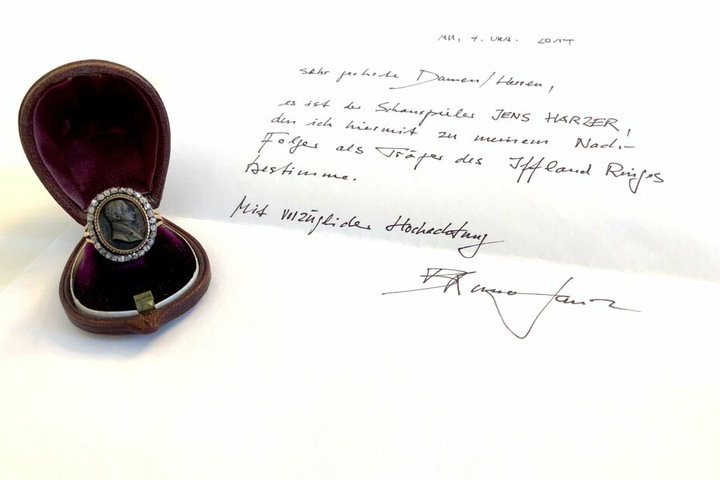 """Der 2014 vom Schauspieler Bruno Ganz verfasste handschriftliche Breif verfügt, dass der Schauspieler Jens Harzer den Iffland-Ring als Nachfolger erhält. Der Iffland-Ring gebürt dem """"würdigsten"""" unter den Schauspielern im deutschsprachigen Raum."""