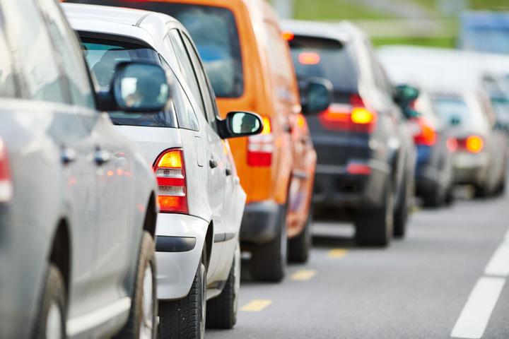 Auf der A 61 ist ein Lkw umgekippt - die Autobahn musste für Stunden gesperrt werden. (Symbolbild)