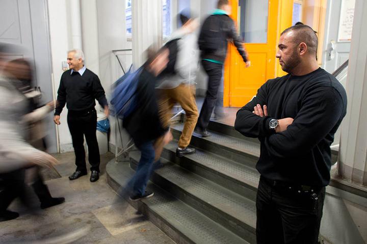 Nicht der erste Wachschutz an einer Berliner Schule: Bereits 2012 bewachten Mostafa Mousavi (l) und Okan Bicakci Schüler in Neukölln.