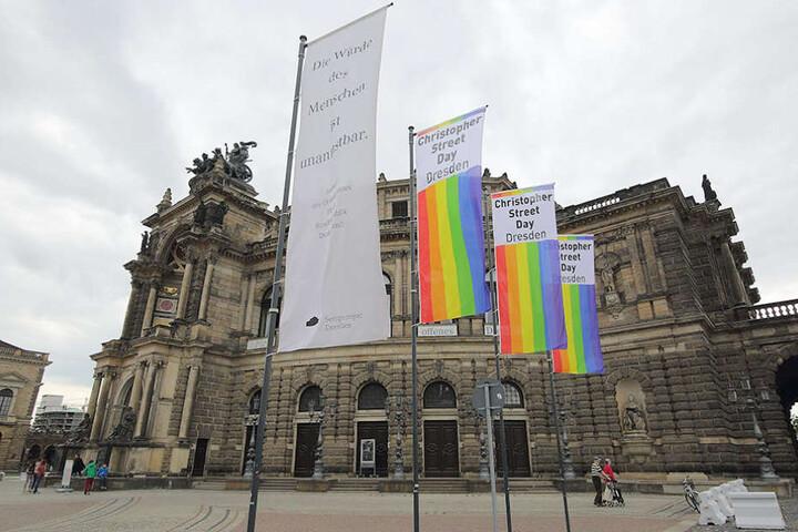 Am Theaterplatz hingen auch im vergangenen Jahr die CSD-Flaggen.