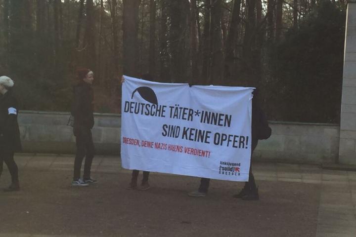Einige Demonstranten haben sich vor dem Heidefriedhof versammelt.