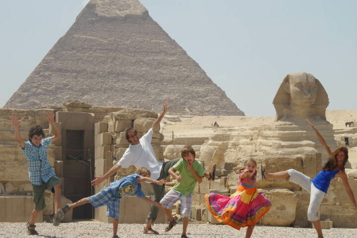 Familie Zapp posiert in Ägypten vor Pyramiden.