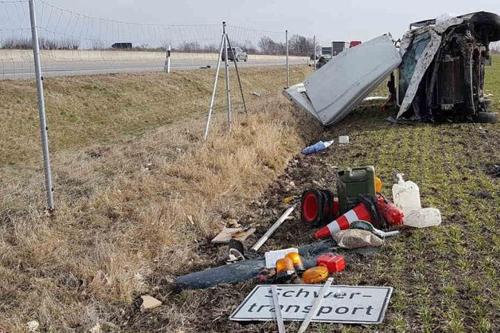Das Begleitfahrzeug landete neben der Autobahn.
