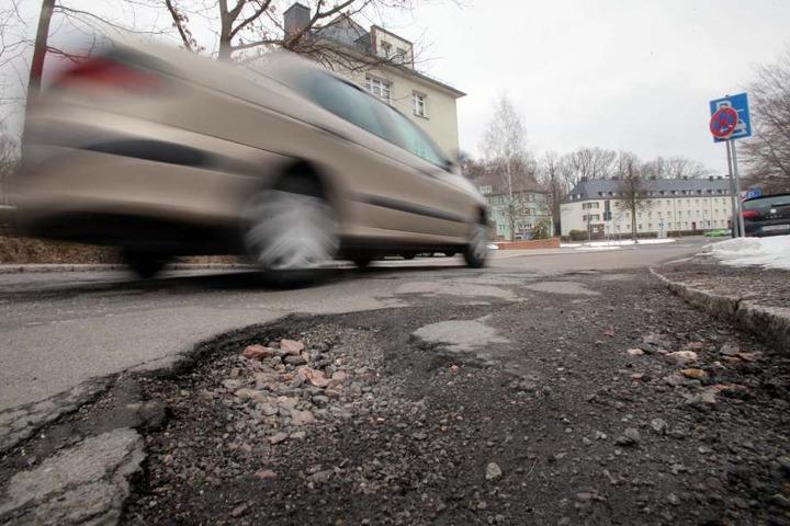 Chemnitz hofft auf Fördermittel aus Dresden, um die Brösel-Straßen zu  verarzten. Geflickt wird nur das Nötigste.