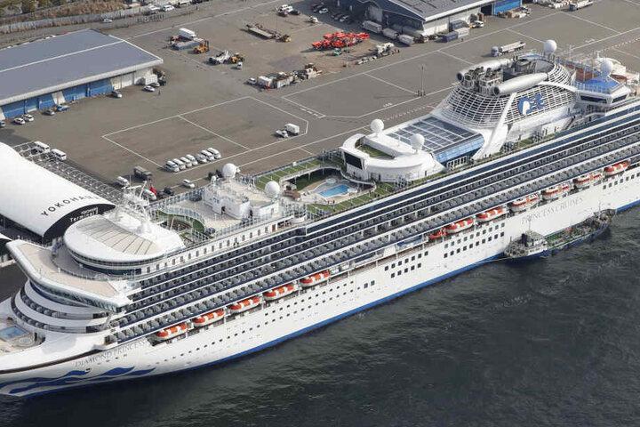 Das Kreuzfahrtschiff Diamond Princess liegt an einem Hafen an. Den Passagieren und Besatzungsmitgliedern wurde das Verlassen des Schiffes verwehrt.