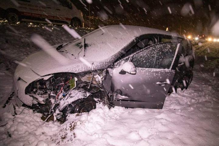 Auf der Bundesstraße 6 bei Bischofswerda (Landkreis Bautzen) sind am Mittwochmorgen zwei Fahrzeuge frontal zusammengestoßen.