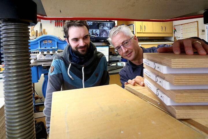 Alexander Büttner (30, l.) lässt seine Bücher bei Tom Donath (51) drucken und binden.