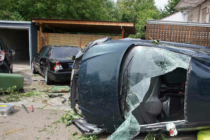 Der Wagen der Frau kam auf der Seite liegend zum Stillstand.