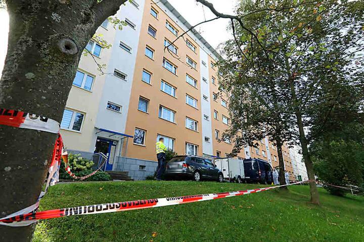 In der Wohnung des Schwerverletzten in der Max-Müller-Straße fand die Polizei eine leblose Person.