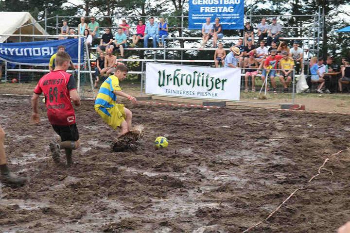 Wer im Schlamm von Wöllnau seinen Schuh verliert, muss barfuß weiterkicken.
