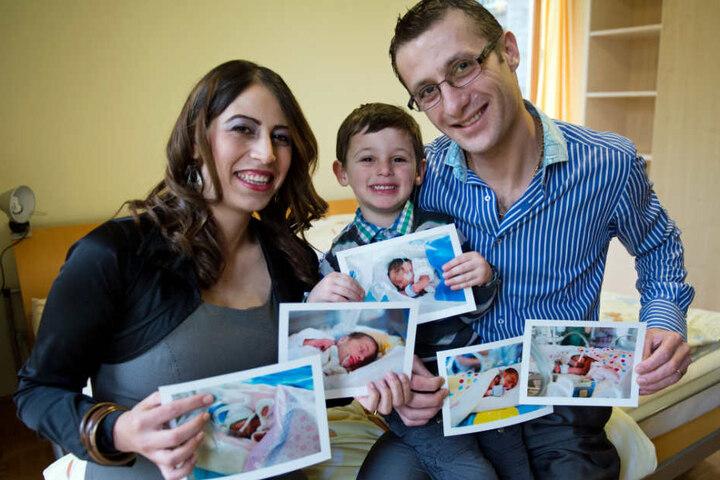 Die Eltern Fedah (li.) und Makarios Touma zeigen zusammen mit ihrem Sohn Michael die Fünflinge, die am 12. November 2013, geboren wurden.