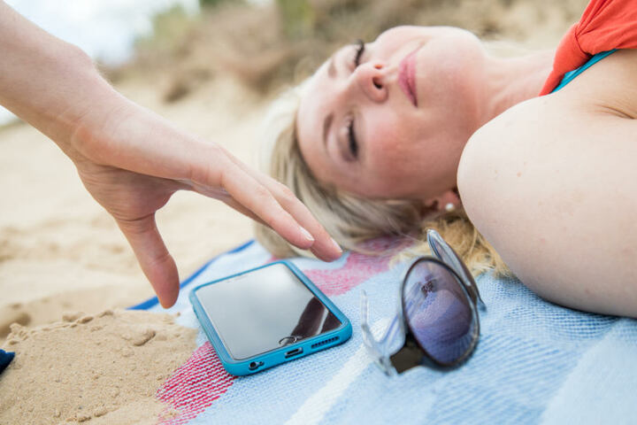 Ein Griff und das Telefon ist weg: Besucher sollten beim (Sonnen-)Baden ihre Wertsachen im Auge behalten.