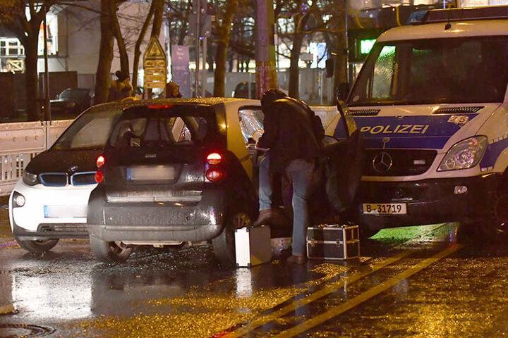 Ein als gestohlen gemeldetes Fahrzeug (M) steht neben einem Polizeiauto auf der Spandauer Straße am Roten Rathaus.