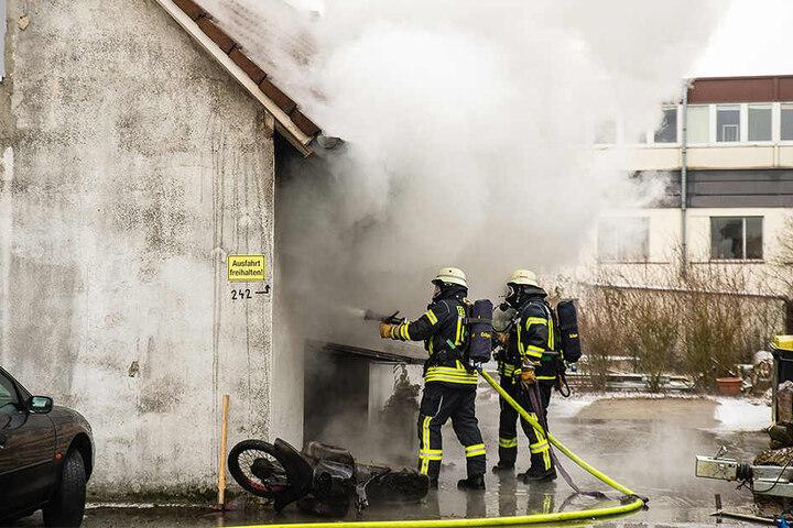 Die Löschkräfte mussten dicht an die Garage heran, um die Flammen kontrollieren zu können.