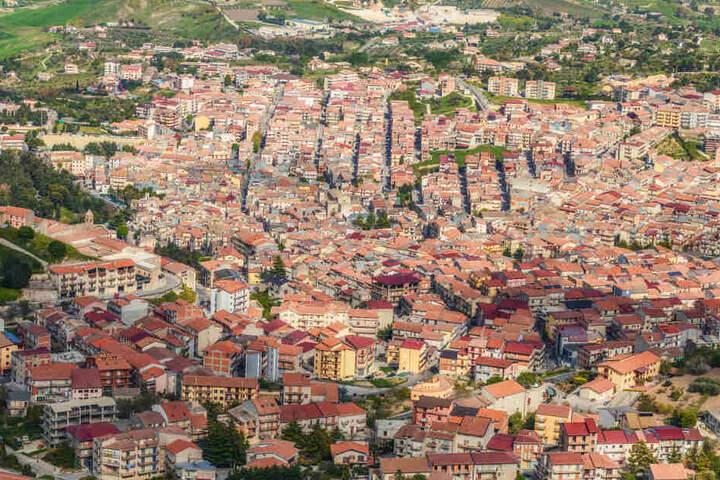 Die Stadt Cammarata aus der Lust.