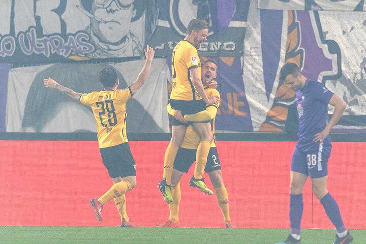 Glücksgefühle bei den Dresdnern! Lucas Röser (Mitte) hat gerade getroffen und wird von seinen Mitspielern beglückwünscht. Veilchen-Kicker Robert Herrmann (rechts) ist die Enttäuschung anzusehen.