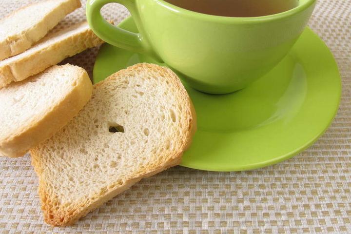Zwieback und eine Tasse Tee können direkt bei Sodbrennen eingenommen werden.