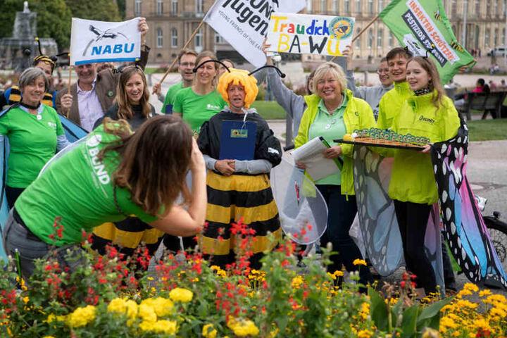 Naturschützer stellen sich zu Beginn einer Unterschriftensammlung für das Volksbegehren für mehr Artenschutz zu einem Gruppenbild zusammen. (Archivbild)