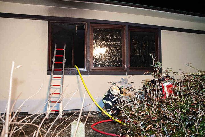Durch dieses Fenster kam der Brandbeschleuniger in den Gemeindesaal.