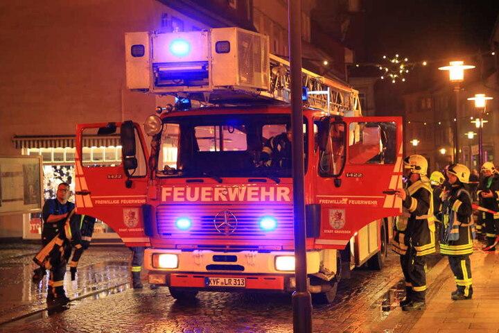 Seit mehr als zwölf Stunden versucht die Feuerwehr den Brand einzudämmen.