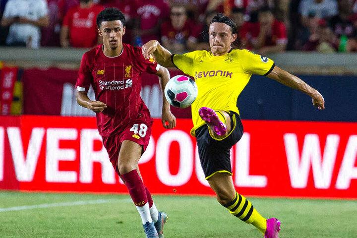 Der Neu-Dortmunder Nico Schulz (rechts) gegen den Liverpool-Kicker Curtis Jones.