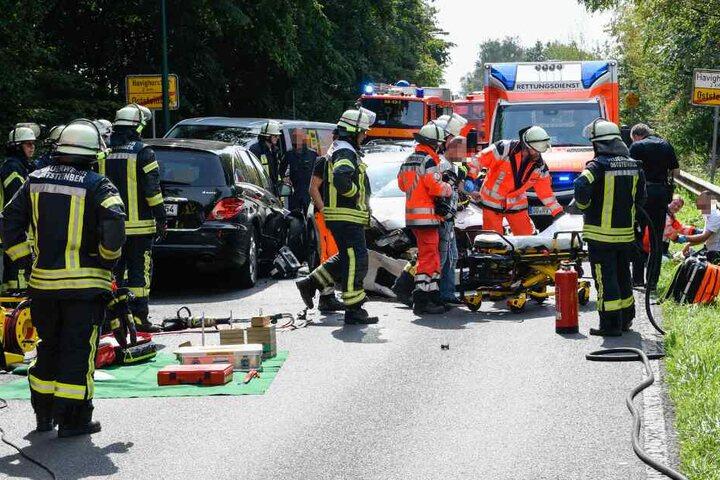Einsatzkräfte versorgen die Verletzten an der Unfallstelle.