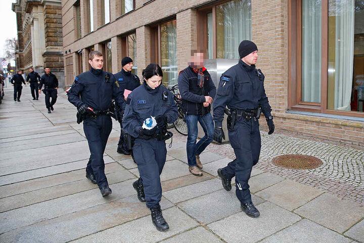Bei der Razzia im November 2016 brachten Spezialkräfte fast im Minutentakt Verdächtigte zum Haftrichter.