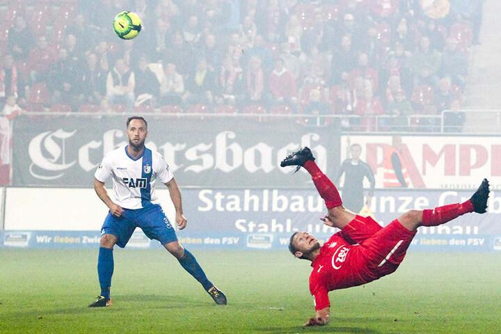 Toller Fallrückzieher von Robert Koch als Zwickauer im September 2017 im Drittliga-Spiel vor dem Magdeburger Richard Weil.